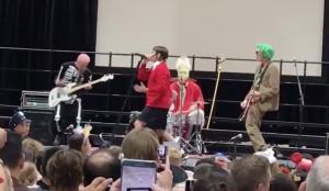 Red Hot Chili Peppers выступили в школе на хэллоуин
